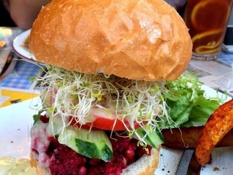 誰說只有食肉獸才愛吃漢堡?