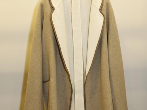 這件外套隨性又易搭,必定是匆忙出門前必拿的戰衣。Max Mara wool coat $11,270 (Original Price: $18,780)