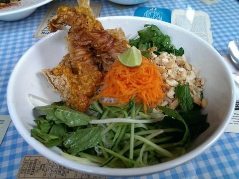 越式撈米粉的配料有炸豆腐、大豆炸物等。