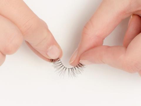 Step 2. 輕力將假睫毛弄軟。