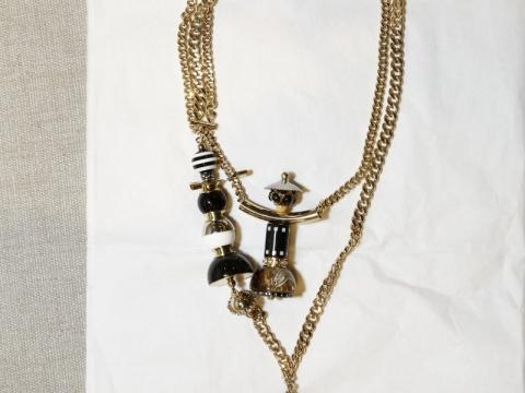 嫌偏向淨色的打扮太過沉悶?加一條可愛的頸鏈作點綴吧!Max Mara gold puppet necklace $1,540 (Original Price: $3,080)