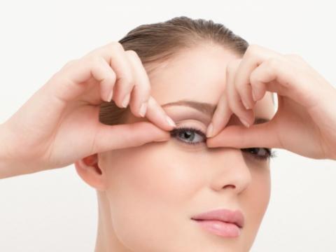 Step 3. 放於眼上量度長度,長度應為比內角短1mm,確保不會令眼睛感到不適。