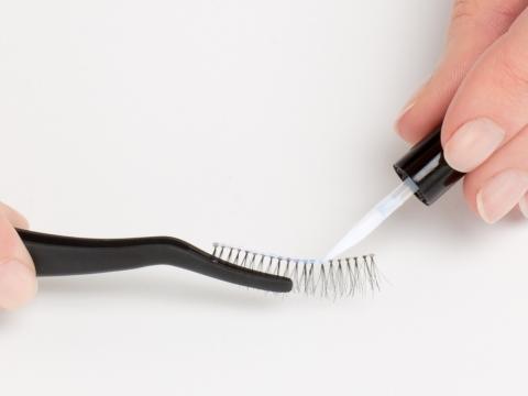 Step 4. 掃上假睫毛膠水,特別於頭及尾段位置加多一點份量,等待數秒讓膠水稍為收乾。