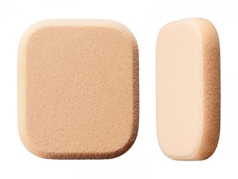 IPSA Sponge雙面粉撲獨有兩用效果,建議鼻翼兩側用海綿面補妝,可遮蓋因出油而浮現的粗大毛孔;而臉頰補妝則用絲絨面,能塑造柔光妝效,避免厚粉。$40