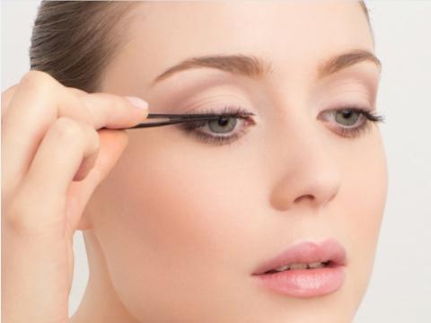 Step 5. 以假睫毛配戴夾將假睫毛對正眼睛中央輕輕貼上,盡量貼近原有睫毛根部。