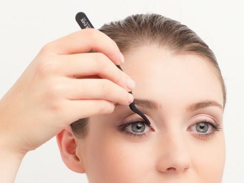 Step 6. 再用假睫毛配戴夾調整眼頭及眼尾的睫毛,輕輕用力貼於睫毛根部便完成。