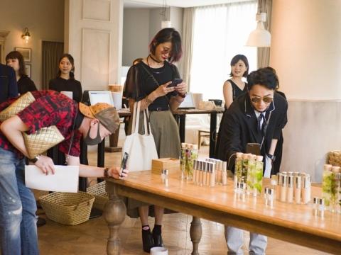 來自香港及台灣的美編及化妝師在現場試用新產品。