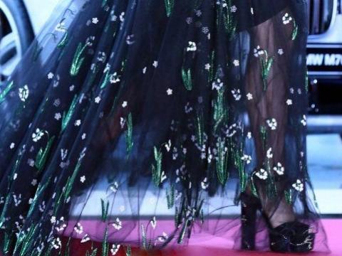 wuli朴信惠踩高蹺著花裙好仙氣。