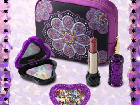 萬花筒彩妝組合Makeup Coffret Set K包括鏡花胭脂盒、星河唇膏及萬花筒圖案化妝袋。HK$550