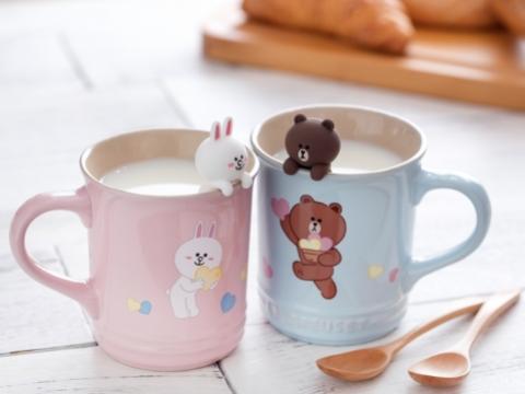一套兩件BROWN & CONY陶瓷杯(400ml),印有BROWN & CONY傳遞愛心的互動畫面。限定價HK$388