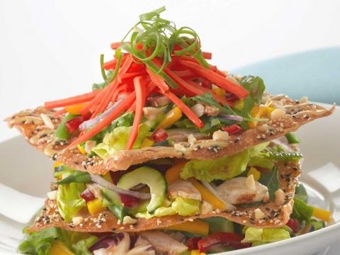 招牌的LUAU夏威夷盛宴沙律(HK$206)食材除了切絲的紅黃燈籠椒、洋蔥和沙律菜外,更有烤雞胸肉和香脆雲吞皮,賣相色彩繽紛。
