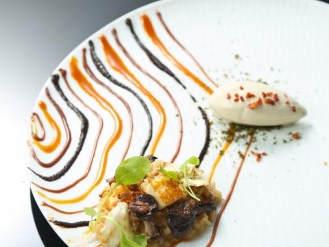 昆布蘑菇意大利飯配牛蒡雪糕 昆布蘑菇意大利飯牛蒡雪糕˙海鹽焦糖、黑蒜及栗子朱古力酱