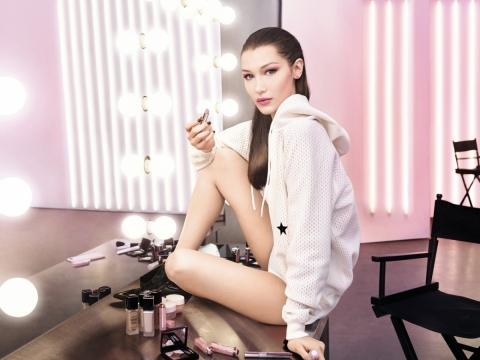 新彩妝廣告用上超模Bella Hadid於Dior時裝表演後台拍攝。