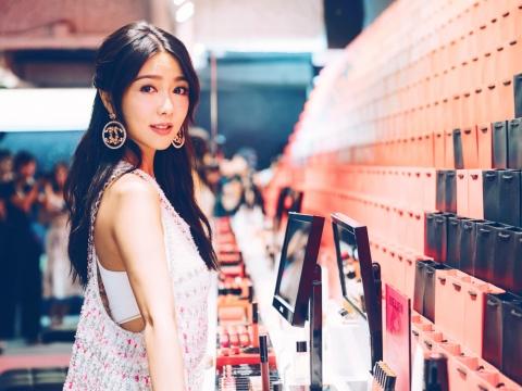 「任試彩妝產品」前往五光十色的美妝吧台,率先試用及選購限定推出的ROUGE ALLURE INK啞緻柔滑唇彩,專業彩妝師更會作私人化妝指導。