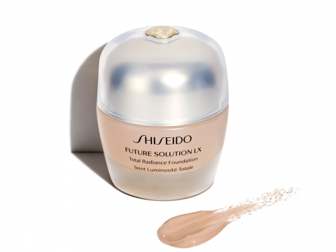 Shiseido Future Solution LX Total Radiance Foundation E SPF15,蘊含日本再生植物「延命草」修護成分,改善肌膚質素;同時含美白成分4MSK,能均勻亮澤膚色,共8色,HK$780。