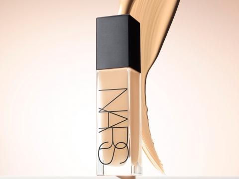 NARS Natural Radiant Longwear Foundation含有氨基酸包裹色素粒子緊貼肌膚,具備16小時持妝功效。高度遮瑕卻不厚重的質感,共18色,HK$470。