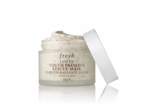 Fresh LOTUS Youth Preserve Rescue Mask睡蓮青春活膚速效面膜蘊含睡蓮萃取、昆布海藻薄片及紅藻顆粒成分,輕柔地加速肌膚循環,對抗皮膚暗啞粗糙、膚色不均和毛孔堵塞。 HK$560/100ml