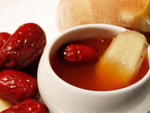 「補血養顏」加紅棗︰將生薑切片,取10片跟紅棗5粒放入沸水鍋煲成薑茶飲用。對女士調和血氣及改善手腳冰冷有幫助。