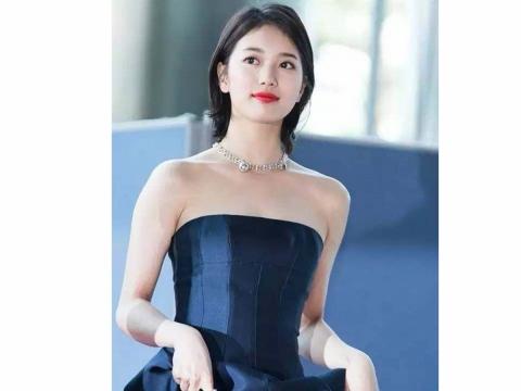 秀智出席「百想藝術大賞」時以一頭俐落短髮配優雅禮服,完全是短髮魅力女神。
