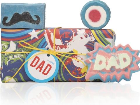 Lush爸爸萬歲禮盒包括超人爸爸汽泡彈、摩登教父泡泡浴芭及鬍子爸爸香氛皂,泡泡浴芭蘊含巴西香橙精油,能夠讓他心情振奮。HK$315