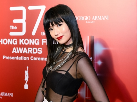 新演員梁雍婷憑《藍天白雲》入圍,一身黑白型格打扮當然要塗上紅唇,她選用ARMANI RED LIP MAESTRO #400色調。
