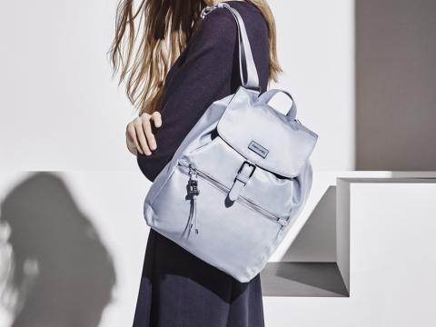 KARISSA系列糖果藍是春夏季最新顏色,金屬Logo及時尚拉鍊片設計,袋子內有一個PU標籤,與袋身飾件相呼應。 Karissa背囊 (備有糖果藍色及黑色) HK$1,200