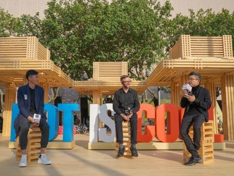 以品字型擺放的3個獨立涼亭,能因應場地及活動需要靈活變化,木櫈更可自由調動。