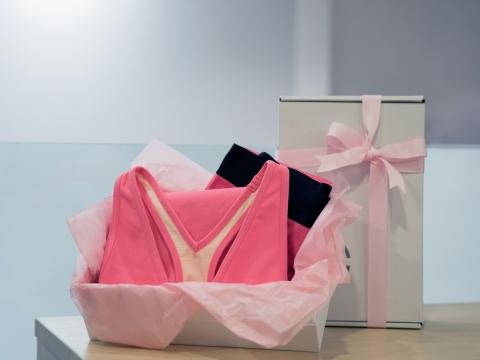 於十月購買粉紅色Pure Apparel精選運動服裝,其中15%收益將會捐予香港癌症基金會