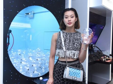「夾波波機」靈感源自 HYDRA BEAUTY 的山茶花微細氣泡, 設計出驚喜遊戲機,考你眼光,捕捉載有小禮物的吹氣泡泡!