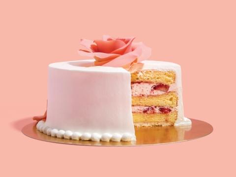 Rose Petal (HK$430/6 inch) 精緻手工玫瑰花瓣襯托在鬆軟清新的士多啤梨蛋糕上。