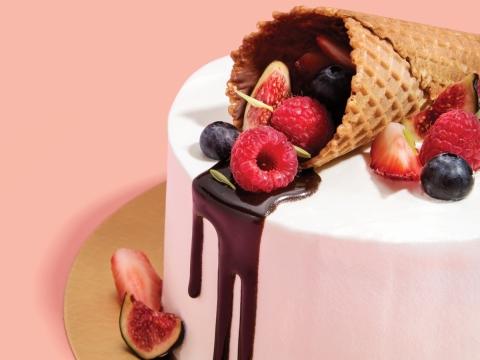 Summer Berries (HK$430/6 inch) 草莓忌廉、草莓朱古力、果醬及新鮮草莓夾在3層的草莓雪芳蛋糕內,並配上雪糕筒及草莓裝飾。