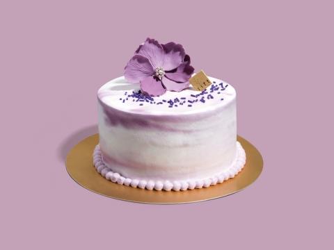 Violet Dream (HK$480/6 inch) 漂亮手工花瓣襯托在藍莓蛋糕上,藍莓果醬、藍莓及忌廉夾在3層的香草雪芳蛋糕中間,底層是香脆朱古力。