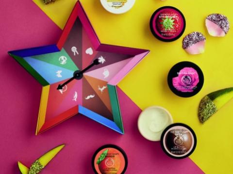 星星包裝盒可化身成小遊戲轉盤,內有5款經典香味(士多啤梨、英倫玫瑰、芒果、乳木果、杏仁奶蜂蜜)身體潤膚霜。HK$249(價值$395)