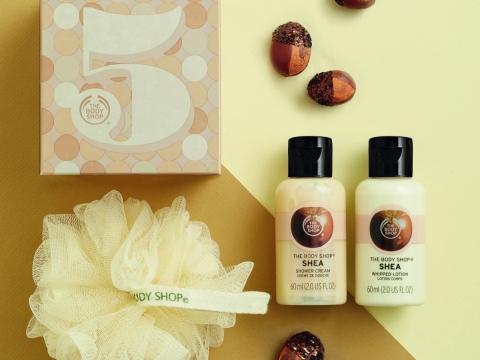 內藏填字遊戲的乳木果身體護理奢華禮盒包括沐浴乳、身體磨砂、潤膚霜、潤手霜、身體噴霧。HK$359(價值$495)