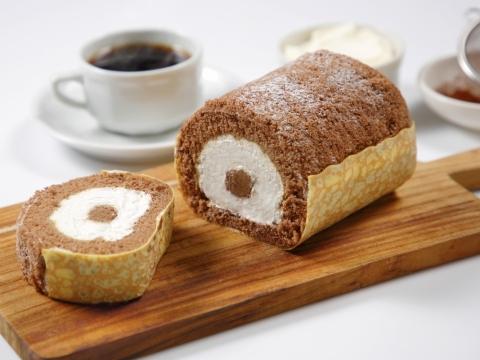 香港獨家限定「Tiramisu Roll 意大利芝士卷」,外層一塊薄薄的Crepe皮帶有淡淡酒香,包裹著可可味海綿蛋糕,內裡是北海道軟芝士及咖啡味朱古力忌廉。HK$208