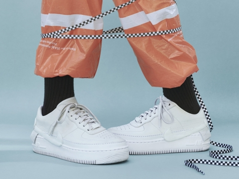 AF1 JESTER XX $1099 :幾個錯置的Swoosh商標設計和雙層鞋擋設計賦予了這雙AF1清新且輕鬆的感覺。