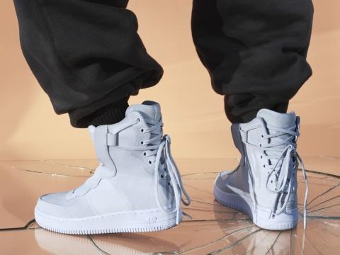 AF1 REBEL XX $1099 :所有的元素都被放在了鞋後,鞋跟處汲取古代束腰胸衣靈感的系帶設計突出了這雙鞋拒絕遵循傳統設計的規則。
