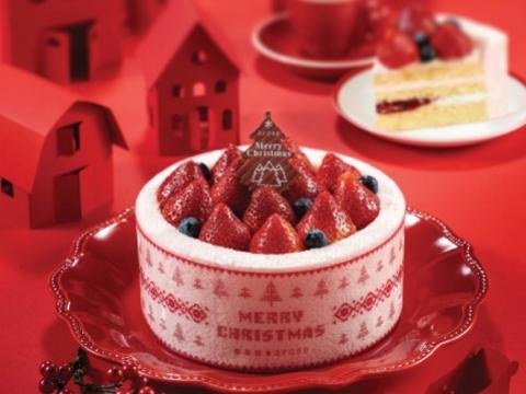 紅粉の奇緣,粉紅色蛋糕上鋪滿粒粒清甜草莓及藍莓,為冬日帶來溫暖之感,夾層是鬆軟細密的海綿蛋糕及草莓醬。 $208