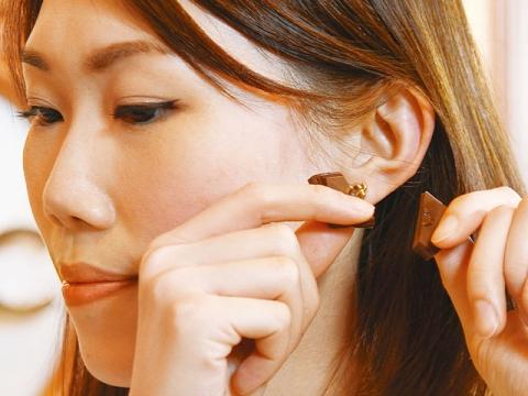 取一片朱古力放於耳旁「啪開」,聲音愈清脆代表品質愈佳。