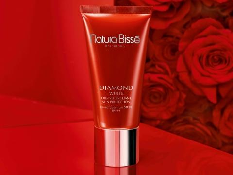 Natura Bisse DIAMOND WHITE SPF50 PA +++ Brightening sunscreen cream(HK$900/50ml) 鑽石亮肌透白防曬乳蘊含石榴萃取精華,有效打造均勻透亮膚色,質地透薄,具備模仿膚色的調色功效。