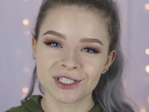 英國YouTuber sophdoesnails用廚房海綿上妝效果