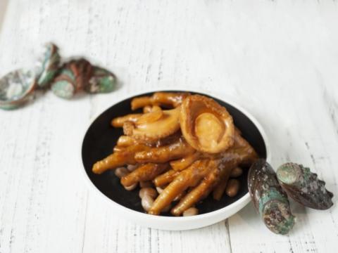 鮑魚鳳爪每碟都配有兩大隻鮑魚,鳳爪以鮑魚汁燜煮,入口滿滿鮑魚香味,鳳爪燜得剛剛好,肉質軟硬適中。(HK$99)