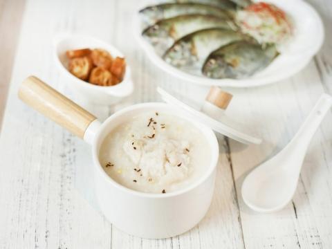 鮮泥蜢粥以綿滑粥底配上鮮甜泥蜢肉,每條泥蜢都有手掌般大小,卻帶著濃郁鮮味在嘴裡爆開來,加上滾燙粥底和油條的搭配。(HK$49)