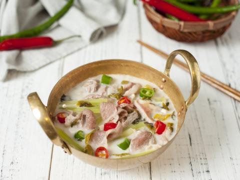 酸辣滑牛以一窩紅紅綠綠造型上枱。湯底呈奶白色,牛肉入口絕對不會咬到「起渣」,以魚湯浸熟,將魚湯和牛肉的鮮味互換做出「鮮鬥鮮」的效果。(HK$99)