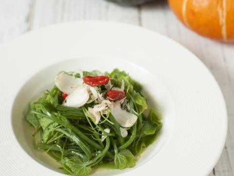 南瓜菜苗以上湯烹調,味道鮮甜。菜苗含有豐富葉綠素、胡蘿蔔素、鈣、鐵、維生素B及C。而南瓜則含有豐富的鈷,能活躍新陳代謝。(HK$79)