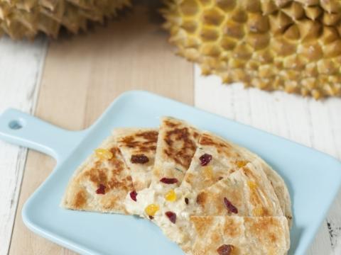 榴蓮抓餅採用新鮮的榴蓮蓉,師博先用面粉搓成餅皮再煎,在略焦的表面帶點香味,加上果皇「榴蓮」的香味,再用果乾在餅面點綴。(HK$39)