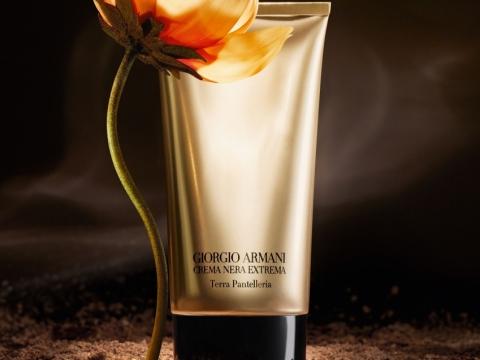 Giorgio Armani CREMA NERA EXTREMA Terra Pantelleria Supreme Renewing Mask(HK$980/50ml)極致再生淨肌煥采面膜含有仙人掌花及火山岩粉末,有效淨化肌膚,遠離空氣污染侵害。
