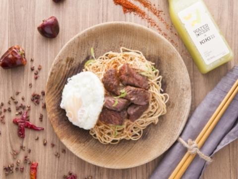 炒安格斯牛肩肉配煎蛋 x KiKi椒麻拌麵 HK$98