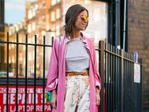 鮮粉紅長褸配上花褲,充滿春日色彩。