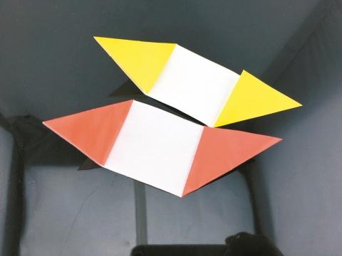 將厚紙裁切成兩張長寬比1:3的長條紙,將長條紙兩端摺起。